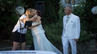 Chanteuse avec ses Mariés à la Fin du Vin d'honneur
